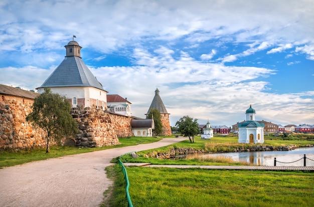 Torre dell'assunzione del monastero di solovetsky sulle isole solovetsky sotto i raggi del sole autunnale