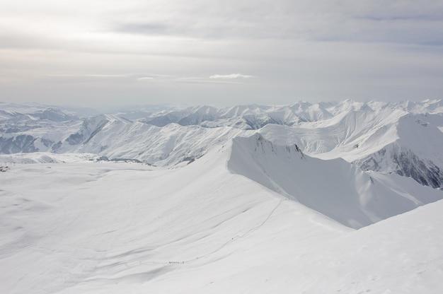 Vista sorprendente e mozzafiato dalla cima innevata dell'alta montagna