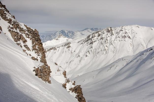 Vista sorprendente e mozzafiato sulle grandi cime delle montagne