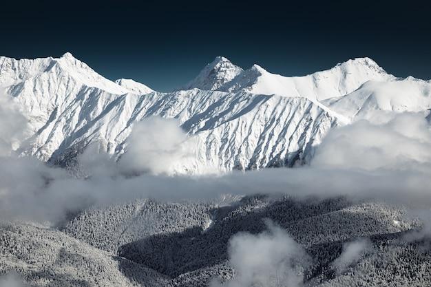 Sorprendente vista sulle montagne del caucaso dal rosa peak, sochi