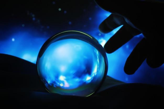Sfondo astrologico. sfera di cristallo con le previsioni. oroscopo delle stelle. cartomanzia e determinazione del destino. indovino con una sfera di cristallo.