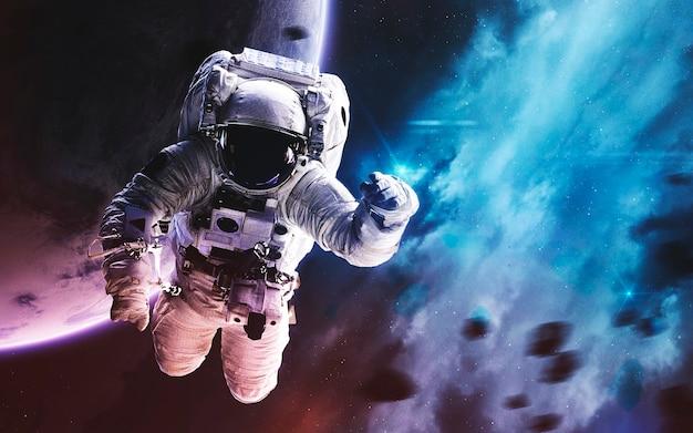 Astronauta. immagine dello spazio profondo, fantasy di fantascienza in alta risoluzione ideale per carta da parati e stampa. elementi di questa immagine forniti dalla nasa Foto Premium