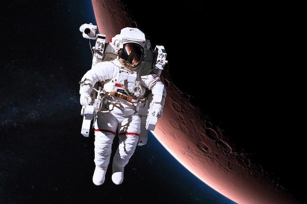 Astronauta nello spazio sullo sfondo del pianeta marte