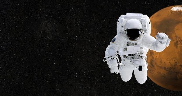Astronauta nello spazio contro il pianeta marte