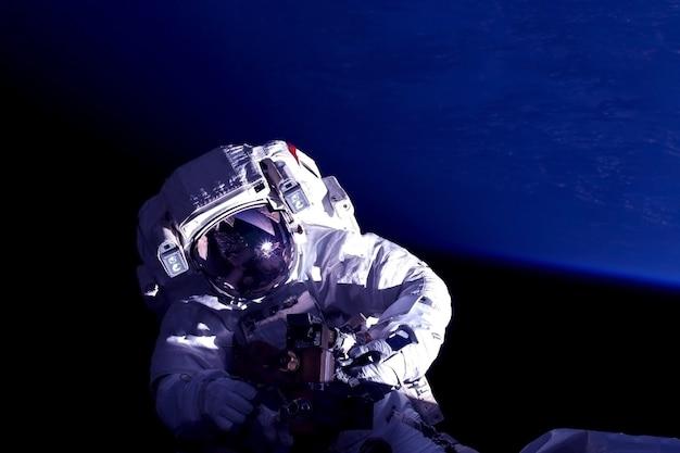 L'astronauta della stazione spaziale è impegnato in riparazioni. gli elementi di questa immagine sono stati forniti dalla nasa. per qualsiasi scopo.