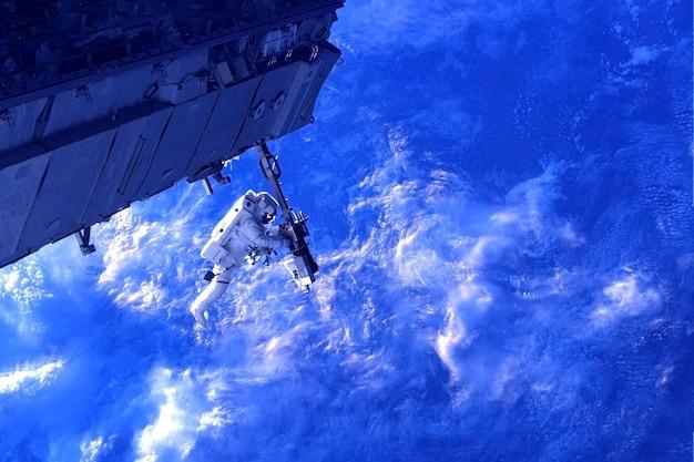 L'astronauta della stazione spaziale è impegnato in riparazioni gli elementi di questa immagine sono stati forniti dalla nasa