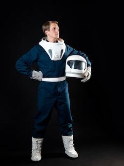 Un astronauta in tuta spaziale è pronto per il lancio.