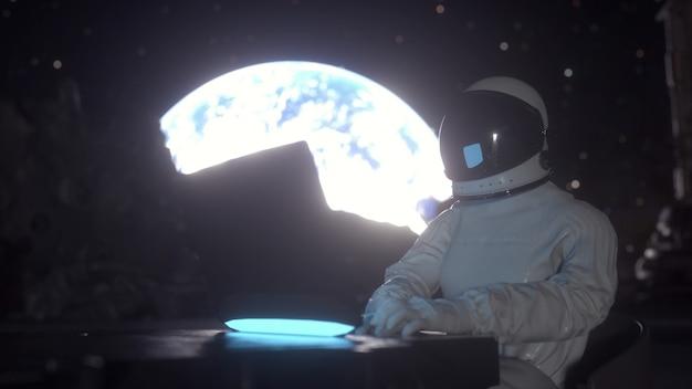 L'astronauta lavora sul suo laptop scientifico in una colonia spaziale sulla luna. rendering 3d