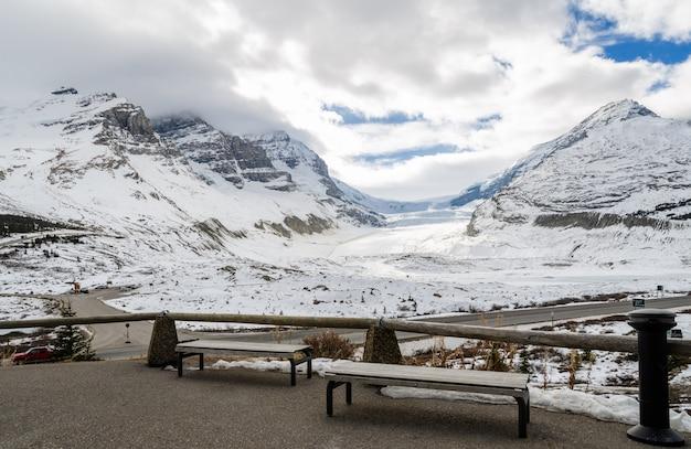 Ghiacciaio di athabasca in inverno a jasper national park, alberta, canada