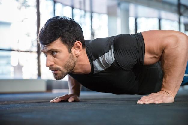 Atleta che indossa le braccia di allenamento della maglietta nera