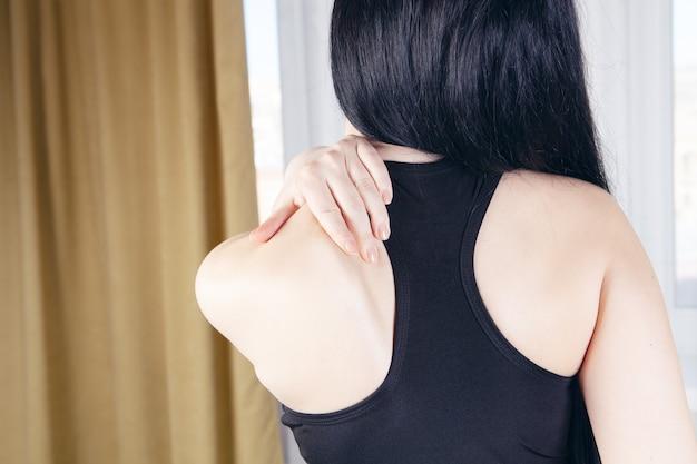 L'atleta ha dolore alla spalla