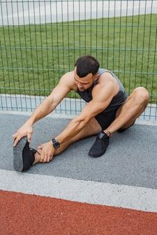 Atleta che si allena all'aperto. allenamento nel parco giochi.