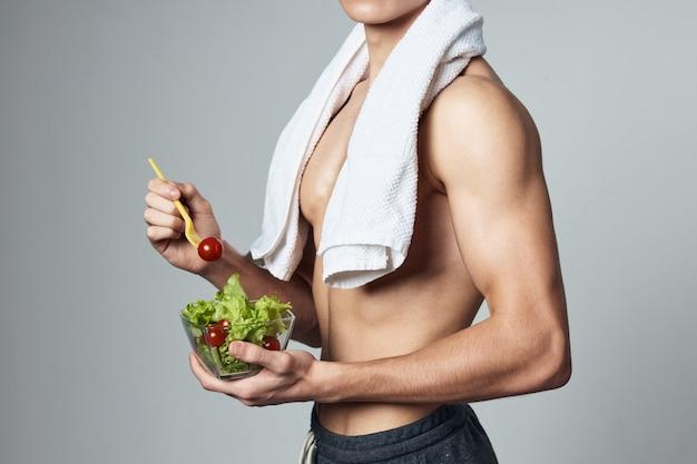 Atleta con un asciugamano da insalata piatto corpo pompato sulle spalle vista ritagliata