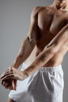 Atleta con i muscoli pompati stampa del braccio vista ritagliata