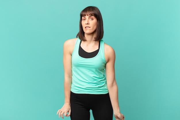 Donna atleta che sembra perplessa e confusa, mordendosi il labbro con un gesto nervoso, non conoscendo la risposta al problema