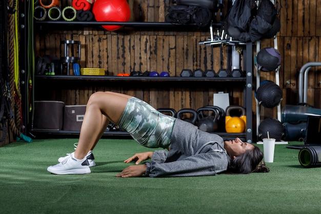 Donna atleta che si allunga dopo aver tenuto una lezione di esercizi online
