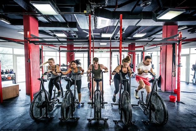 Atleti che si allenano in una palestra cross-fit