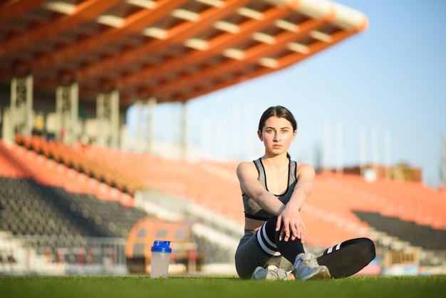 Ragazza atletica e bella che riposa dopo un duro allenamento