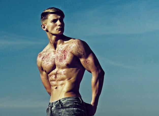 Il bodybuilder atletico posa come ercole
