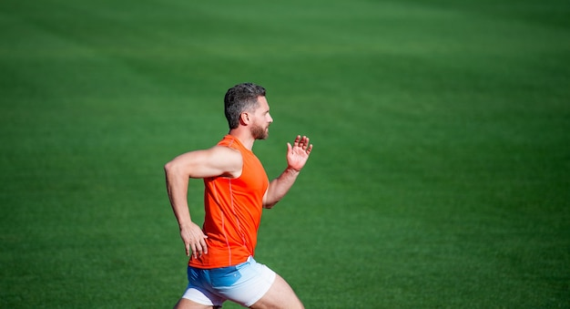 L'uomo atletico compete nello sprint. stile di vita sano sportivo. allenamento fitness all'aperto. il corridore corre veloce sulla pista da corsa. energico e sportivo. energia velocità maratona. uomo muscoloso in movimento.