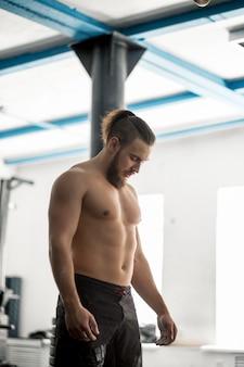Modello atletico torso di forma fisica dell'uomo che mostra gli addominali scolpiti
