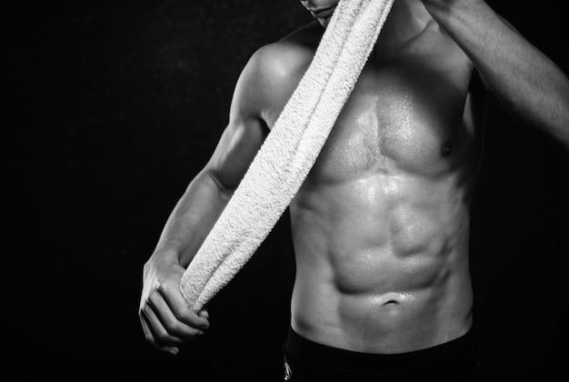 L'uomo atletico ha gonfiato l'esercizio di allenamento del busto in posa dei muscoli