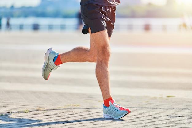 Uomo atletico che pareggia in abiti sportivi sulla strada della città