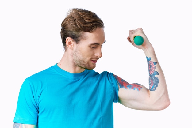 Uomo atletico con allenamento bicipiti manubri braccio gonfiato