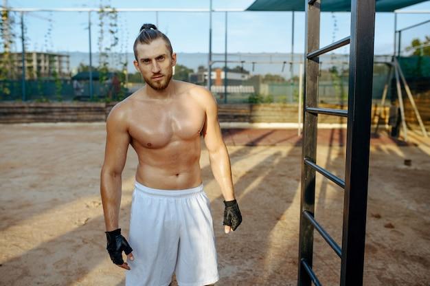 Uomo atletico con corpo muscoloso, allenamento di strada