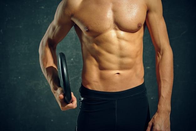 Uomo atletico con la motivazione di allenamento addominale pompata in posa