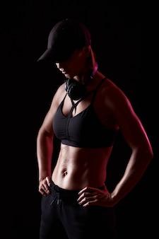 La forte femmina atletica si è rilassata dopo l'allenamento. donna con un corpo perfetto. concetto di sport