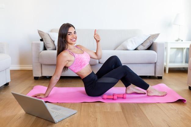 Donna atletica facendo esercizi su un materasso