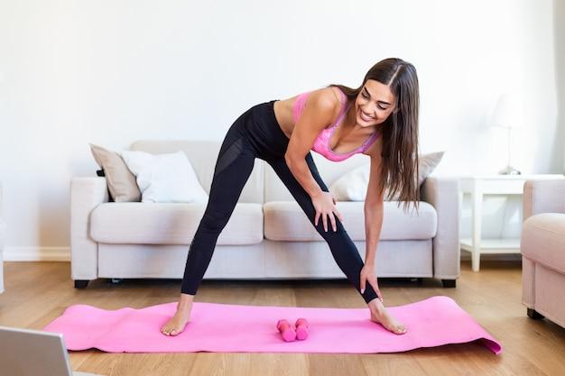 Donna atletica facendo esercizi con manubri