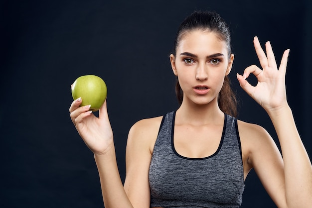 Donna atletica figura snella mela verde salute