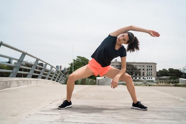 Donna atletica che allunga prima dell'esercizio.