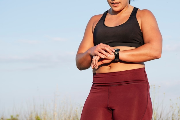 Donna atletica con smartwatch in strada