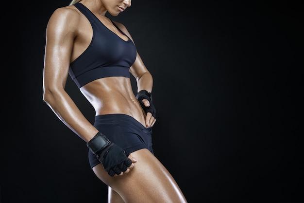 Donna atletica con muscoli addominali forti