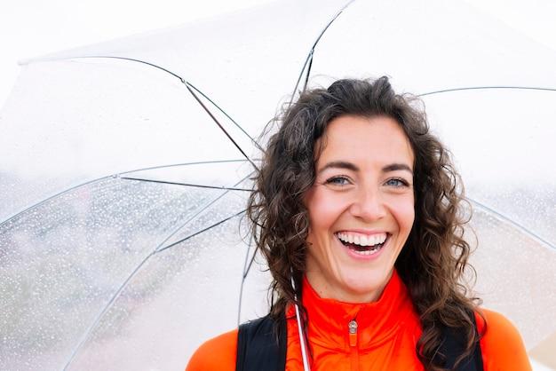 Donna atletica con l'ombrello per strada