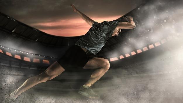 Giovane atletico che corre in pista con sfondo tramonto