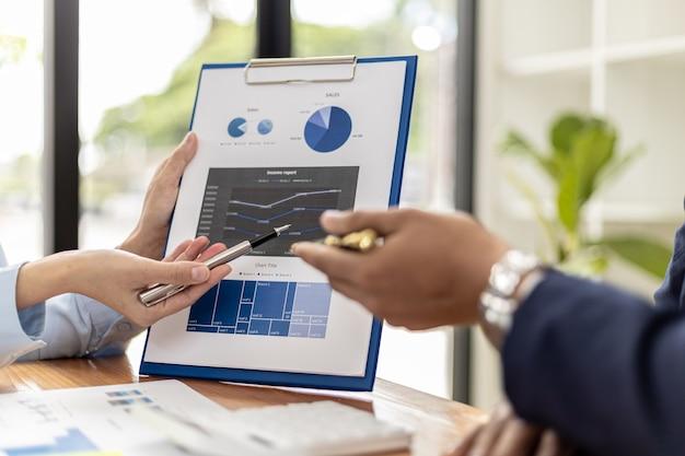 Atmosfera di una riunione aziendale di avvio, uomini d'affari si incontrano per riassumere e pianificare le finanze degli investimenti, sono i fondatori dell'azienda. concetto di amministrazione aziendale.