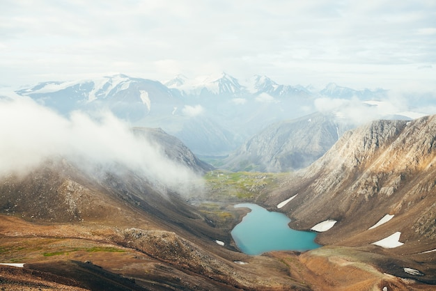 Atmosferico paesaggio alpino al bellissimo lago glaciale nella valle dell'altopiano.