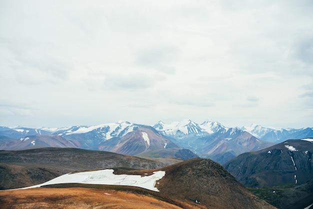 Atmosferico paesaggio alpino di montagna rocciosa con ghiacciaio.