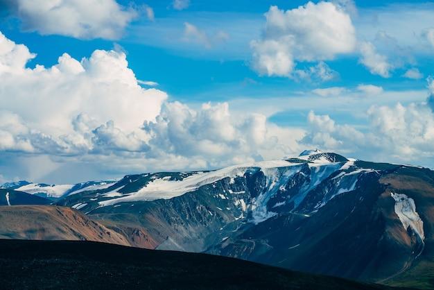 Atmosferico paesaggio alpino con montagne giganti e ghiacciai.