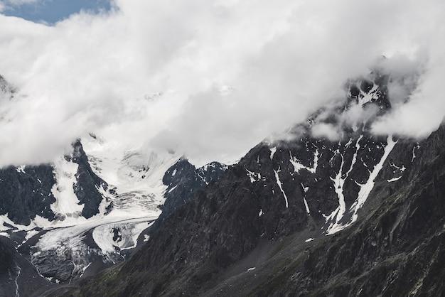 Atmosferico paesaggio alpino con un massiccio ghiacciaio sospeso sulla montagna gigante