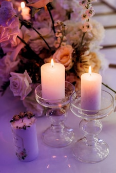 Decorazioni di candele atmosferiche con fuoco vivo sul tavolo del banchetto