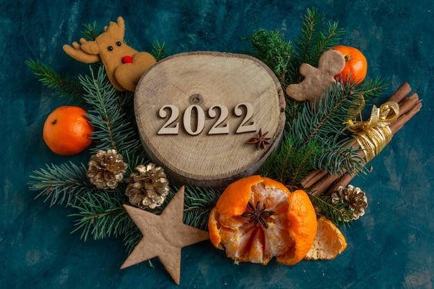 Composizione atmosferica del nuovo anno di natale su uno sfondo verde biscotti di panpepato di mandarini