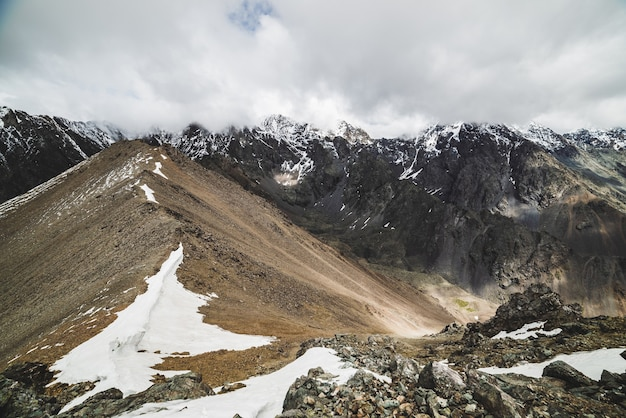 Atmosferico paesaggio alpino minimalista alla massiccia catena montuosa innevata.