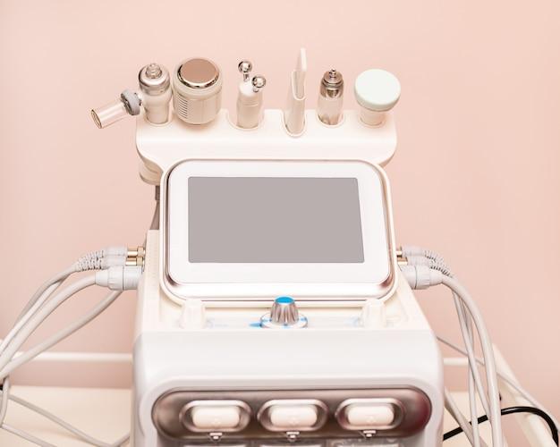 Allegati al dispositivo hydrafacial macchina per la cura della pelle del viso in una clinica termale per il trattamento antietà o acne.