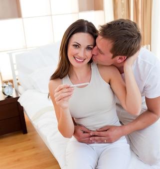Coppia attenta che scopre i risultati di un test di gravidanza