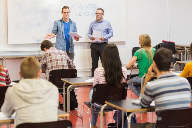 Studenti attenti con l'insegnante in classe